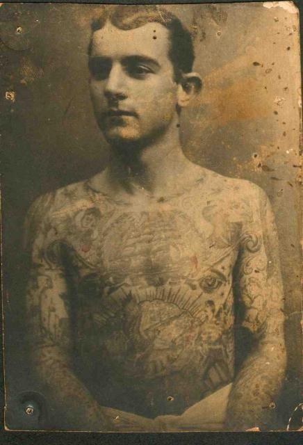 мужчина с татуировками 1910-е года